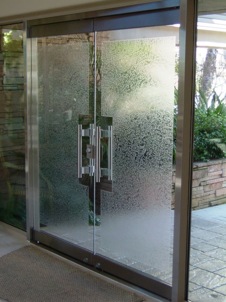 Gluechipped frameless glass doors sans soucie for Frameless glass doors