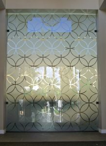 Partition with Glass Etching Pattern circles Sans Soucie