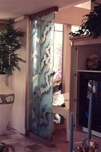 Sans Soucie Sculpture Partitions Freestanding with Carved Glass Art Decor